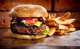 El hogar hizo la hamburguesa Fotografía de archivo libre de regalías