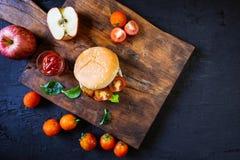 El hogar hizo la hamburguesa con lechuga en fondo de madera foto de archivo