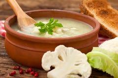 El hogar hizo la sopa de la coliflor foto de archivo libre de regalías