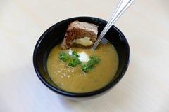El hogar hizo la sopa de verduras y la tostada fotos de archivo libres de regalías