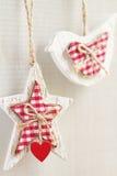 El hogar hizo las decoraciones astutas de la Navidad que colgaban vertical Fotografía de archivo