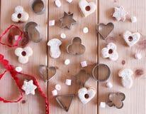 El hogar hizo las galletas cocidas de la Navidad como regalo para la familia y los amigos en la tabla de madera Tradicional en Eu fotografía de archivo libre de regalías