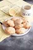 El hogar hizo las galletas del lim?n con el esmalte fotografía de archivo