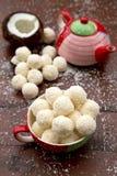 El hogar hizo los caramelos con el coco Imagenes de archivo