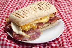 El hogar hizo panini con el huevo y el tocino. Fotos de archivo libres de regalías