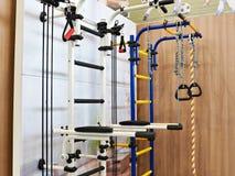 El hogar se divierte el complejo con las barras de la gimnasia Imagen de archivo