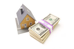 El hogar y las pilas de dinero aislaron Imagen de archivo