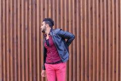 El hombre árabe adulto joven hermoso se aferra para apoyar y estira B Fotografía de archivo