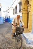 El hombre árabe biking en Rabat Marruecos imágenes de archivo libres de regalías