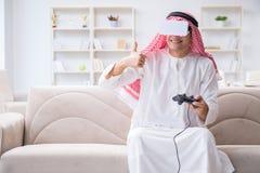 El hombre árabe enviciado a los videojuegos Foto de archivo libre de regalías