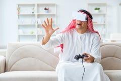 El hombre árabe enviciado a los videojuegos Fotos de archivo