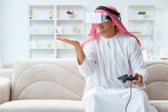 El hombre árabe enviciado a los videojuegos Imagen de archivo