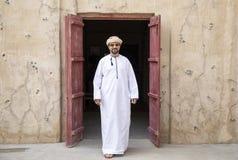 El hombre árabe que camina en Al Seef está de Dubai imágenes de archivo libres de regalías