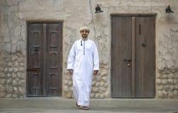 El hombre árabe que camina en Al Seef está de Dubai fotografía de archivo