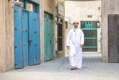 El hombre árabe que camina en Al Seef está de Dubai imagen de archivo