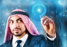 El hombre árabe que presiona los botones virtuales en concepto futurista fotografía de archivo libre de regalías