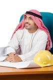 El hombre árabe que trabaja en la oficina fotos de archivo