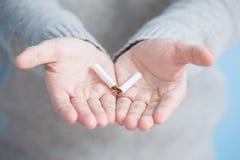 El hombre abandonó el fumar Foto de archivo libre de regalías