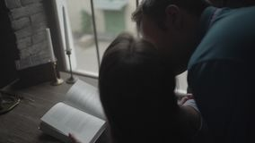 El hombre abraza a la muchacha en el escritorio almacen de metraje de vídeo