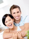 El hombre abraza a su novia Foto de archivo