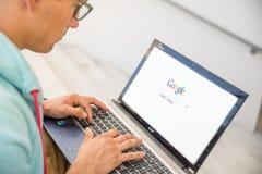 El hombre abre Google Fotografía de archivo