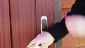 El hombre abre la puerta en una llave electrónica electrónica almacen de metraje de vídeo