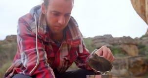 El hombre abre la tapa de los utensilios 4k almacen de metraje de vídeo