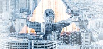 El hombre abre las cortinas y el fondo grande del paisaje urbano Imagen de archivo libre de regalías