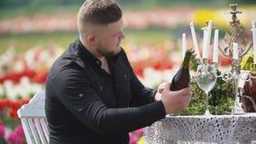 El hombre abre una botella de vino almacen de metraje de vídeo