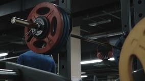 El hombre acabó el ejercicio con el barbell vídeo de la cámara lenta almacen de metraje de vídeo