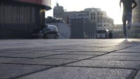 El hombre acertado corre lentamente hacia la luz del sol, estímulo para seguir sueños almacen de video