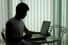 El hombre acertado joven con el ordenador Imagenes de archivo