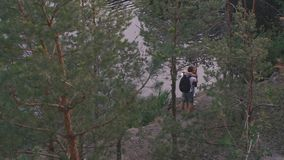 El hombre activo hermoso corre a continuación, encontrando a su novia El par joven del toutist abraza feliz y los besos mientras  almacen de video