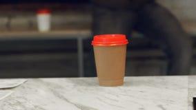 El hombre adentro se lleva la cafetería con una taza de café caliente almacen de video