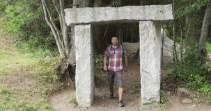 El hombre adulto camina en las montañas en el verano almacen de metraje de vídeo