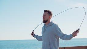 El hombre adulto es aire libre de la cuerda de salto por mañana soleada almacen de metraje de vídeo