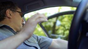 El hombre adulto está nervioso teniendo un accidente en el camino durante el montar a caballo en el coche almacen de video