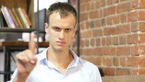 El hombre adulto joven dice no la sacudida de su finger, rechazo metrajes