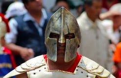 El hombre adulto lleva una máscara espartano del estilo Imagen de archivo libre de regalías