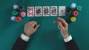 El hombre afortunado tiene mano de la escalera real, gana mucho dinero en el juego de póker, disfrutando de éxito metrajes