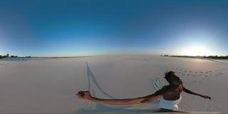 El hombre africano agotado 360 VR en una falda blanca vaga a través del desierto metrajes