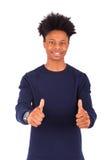 El hombre afroamericano joven feliz que hace los pulgares sube el isolat del gesto Imágenes de archivo libres de regalías