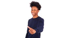 El hombre afroamericano joven feliz que hace los pulgares sube el isolat del gesto Fotos de archivo libres de regalías