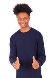 El hombre afroamericano joven feliz que hace los pulgares sube el isolat del gesto Imagen de archivo libre de regalías