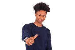 El hombre afroamericano joven feliz que hace los pulgares sube el isolat del gesto Foto de archivo libre de regalías