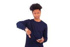 El hombre afroamericano joven que lleva a cabo smartphonemaking manosea el dow con los dedos Fotografía de archivo libre de regalías