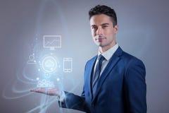 El hombre agradable está mostrando la muestra de nueva tecnología imagen de archivo libre de regalías
