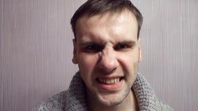 El hombre agresivo adulto con una cara nerviosa pierde su genio almacen de video