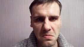El hombre agresivo loco adulto con una cara nerviosa pierde su genio Paciente mental almacen de video