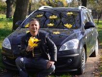 El hombre al lado del coche. imágenes de archivo libres de regalías